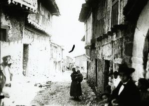 Mujer rural en Calatañazor (Soria) en la primera mitad del siglo XX. Fotografía procedente del Archivo Provincial.