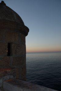 El puerto natural de la Caleta en el Mediterráneo desde el Castillo de Santa Catalina, Cádiz.